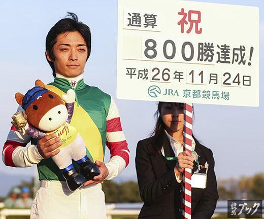 [PHOTO]川田騎手800勝達成!京都11R醍醐Sでマコトナワラタナに騎乗して1着となった川田将雅騎手がJRA通算800勝を達成しました。