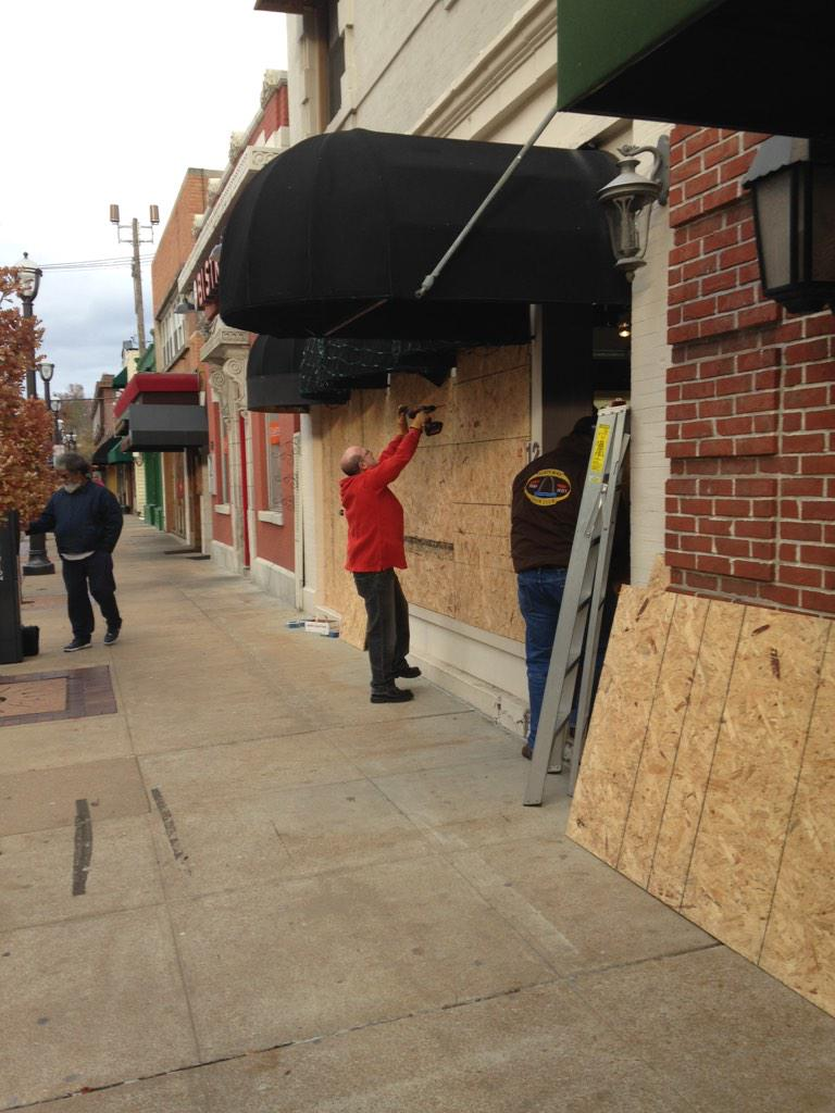 Clayton jeweler The Diamond Shop near where grand jury in #Ferguson decision will be announced boarding up now http://t.co/Z376AxakXp