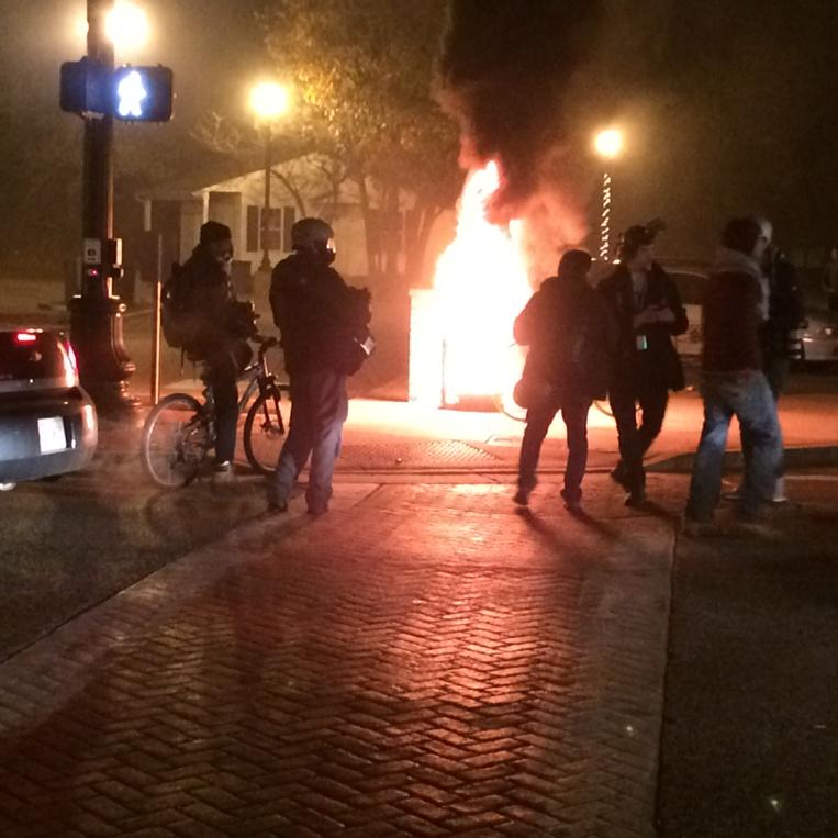 Garbage can set on fire in parking lot where #Ferguson holds farmers market. http://t.co/iUBN7OsUh3