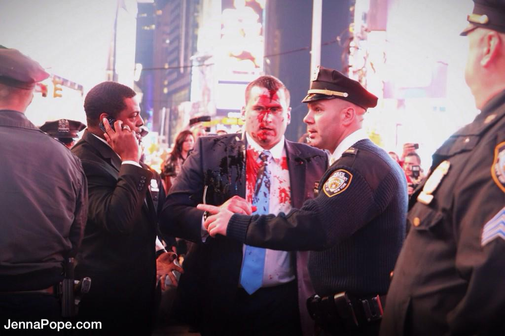BREAKING: Cops, including police commissioner Bratton, had fake blood thrown on them @ NYC #Justice4MikeBrown march. http://t.co/LXjHHjwtjm