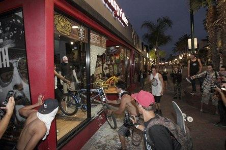 LOOK AT THOSE GODDAMNED THU- oh, that was in Huntington Beach after a surf competition. http://t.co/ylzaCGAwtR