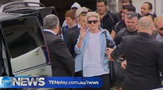 Boy band hysteria as One Direction and 5 Seconds of Summer land in Sydney ahead of the #ARIAs - see it 5pm #TenNews http://t.co/K70Zi3H1fO