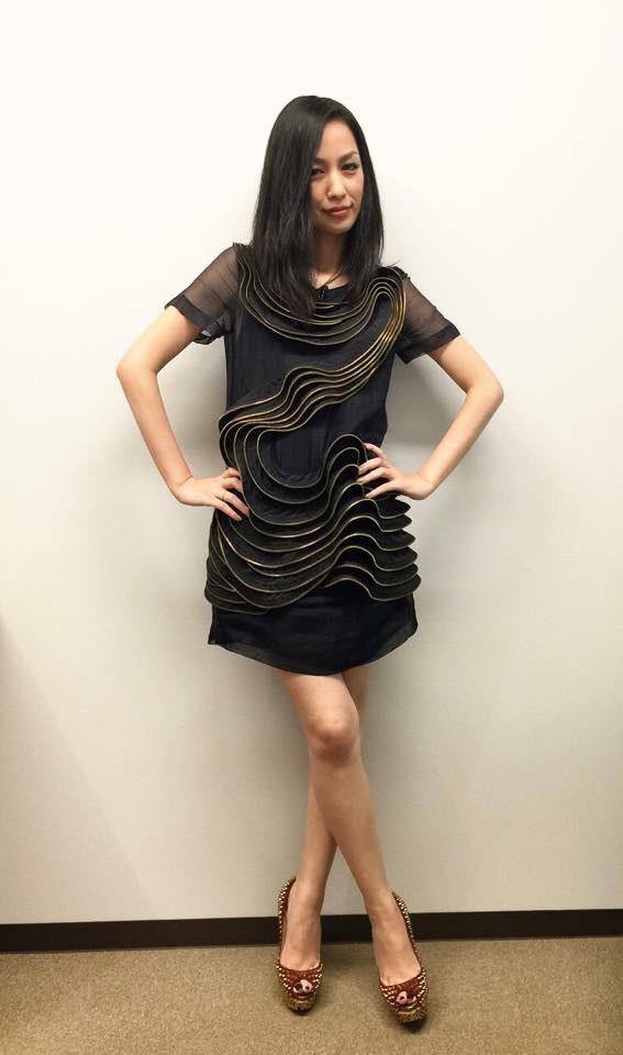 黒いドレスの中島美嘉