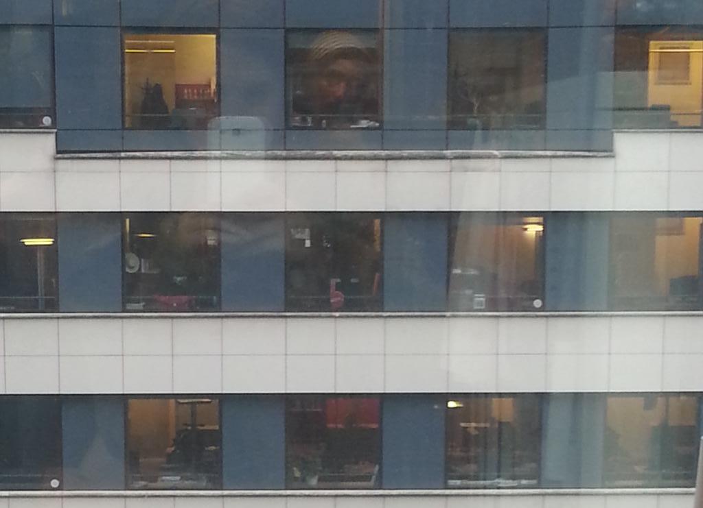 à @RFI On peut checker si les voisins d'immeuble jouent à #CandyCrush pendant les heures de boulot. http://t.co/UWZeInGPrv