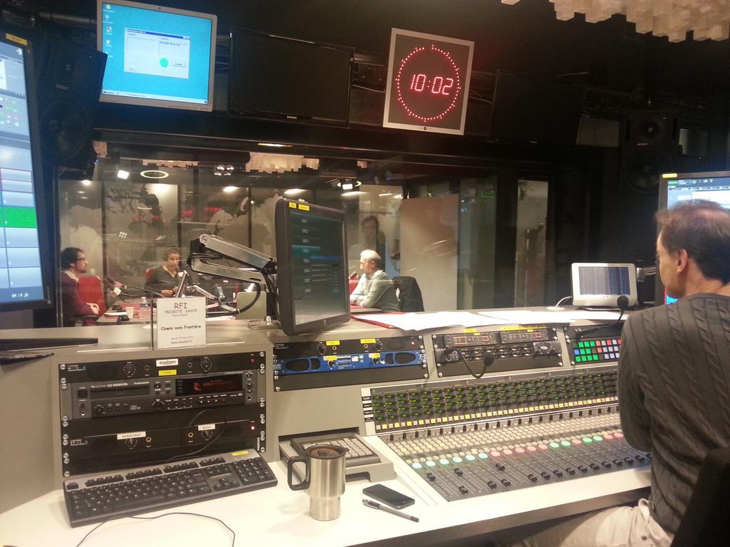 Essai voix @CSF_France  ds le studio @RFI http://t.co/O7ZK6LRmG2