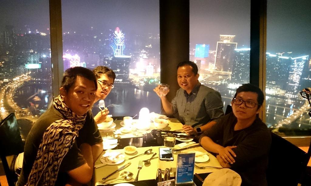 Makan malam di 360 Resto di Macau Tower