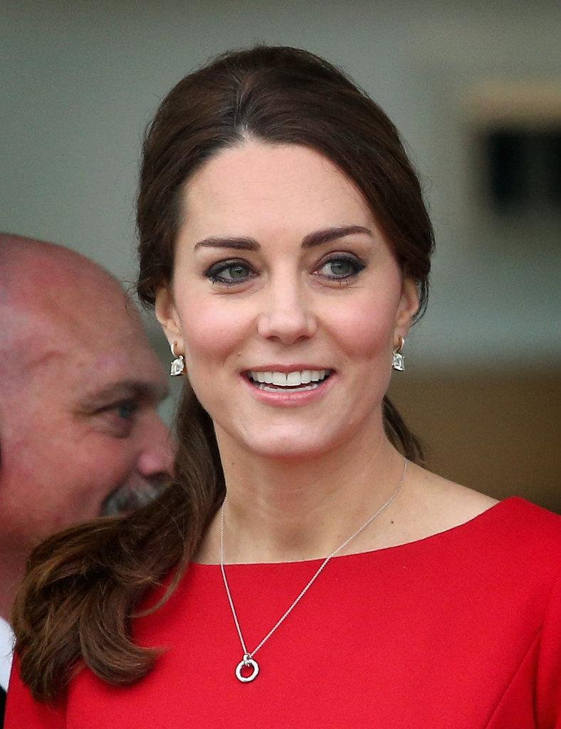 Only #KateMiddleton could make a simple red shift dress look this hot: http://t.co/2pvtGZAGST http://t.co/QvucjpnkOj