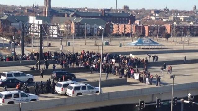 #BREAKING:Protestors are currently marching across I-44, blocking traffic in downtownStL. Photo Credit: @Eprang4 http://t.co/RLYJt5nT5M