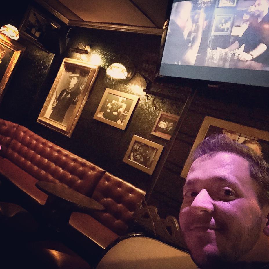 Ir a un bar a tomar algo que pongan el videoclip de #MalaJuntera (@yoZatu y @Capaz_HP) y ver que estoy donde se rodó! http://t.co/skrUWWe1Ki
