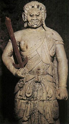 【群馬・不動寺/不動明王像(1251年)】像高165cm。関東では珍しい凝灰石の丸彫り像。院隆、院快作。腰と膝のあたりで上下に分かれている。裁断部に記されている墨署名から制作者と造立した時期が判明。毎年1月28日に開帳。