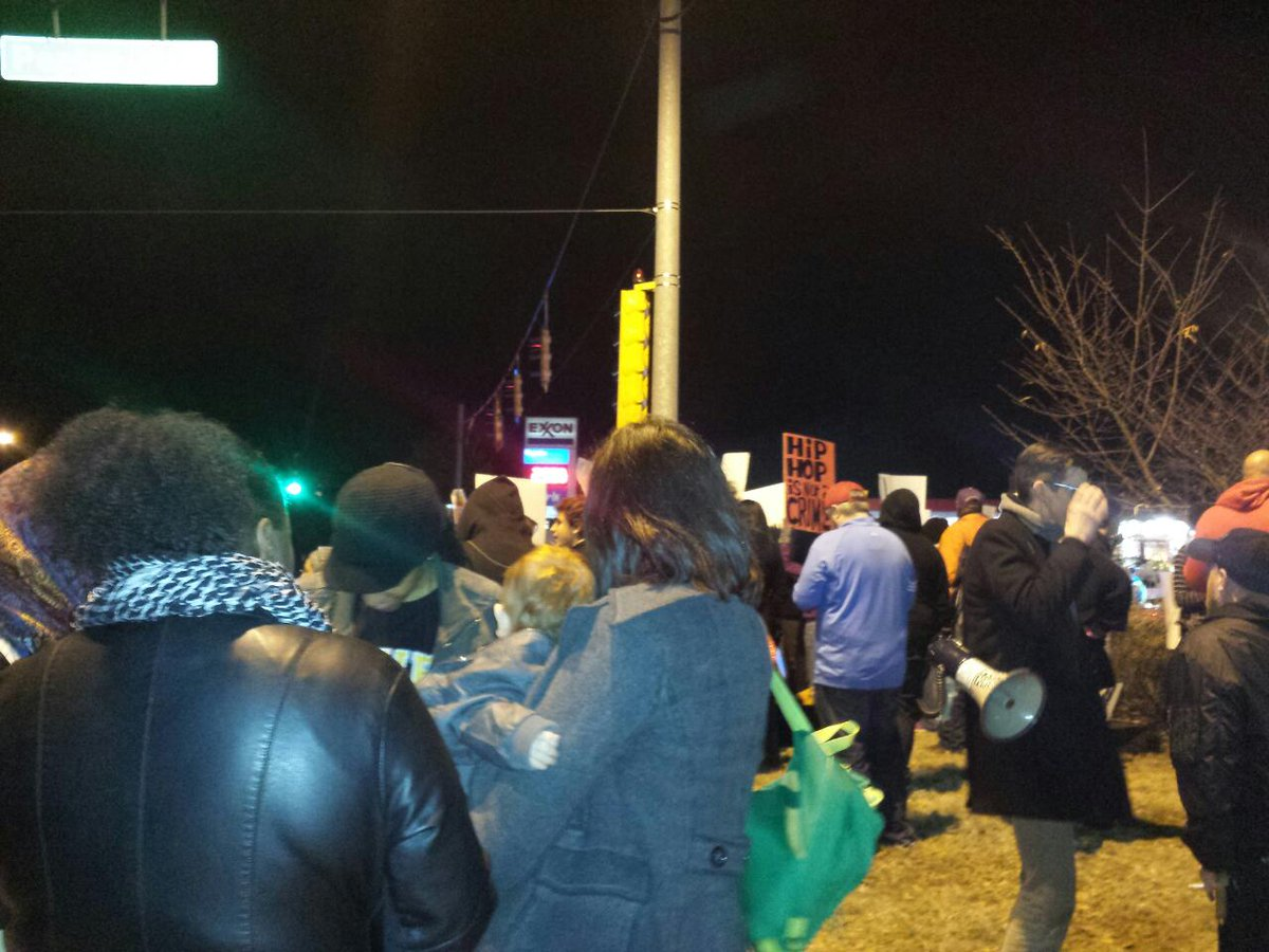 Memphis folks getting it. People coming together in UNITY for #MikeBrown #DontShoot http://t.co/fFRKlkRHb6