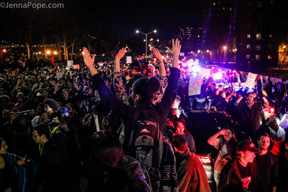 Thousands of protesters shut down FDR Drive, a major highway in NYC, for 2 hours in a call for #JusticeForMikeBrown http://t.co/ObuelfuMX5