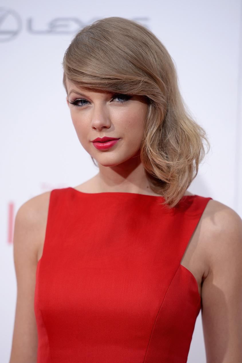So @taylorswift13 won't be starring in the Joni Mitchell biopic. Here's why: http://t.co/EN7UHRjwNd http://t.co/yrwfE1Ycqd