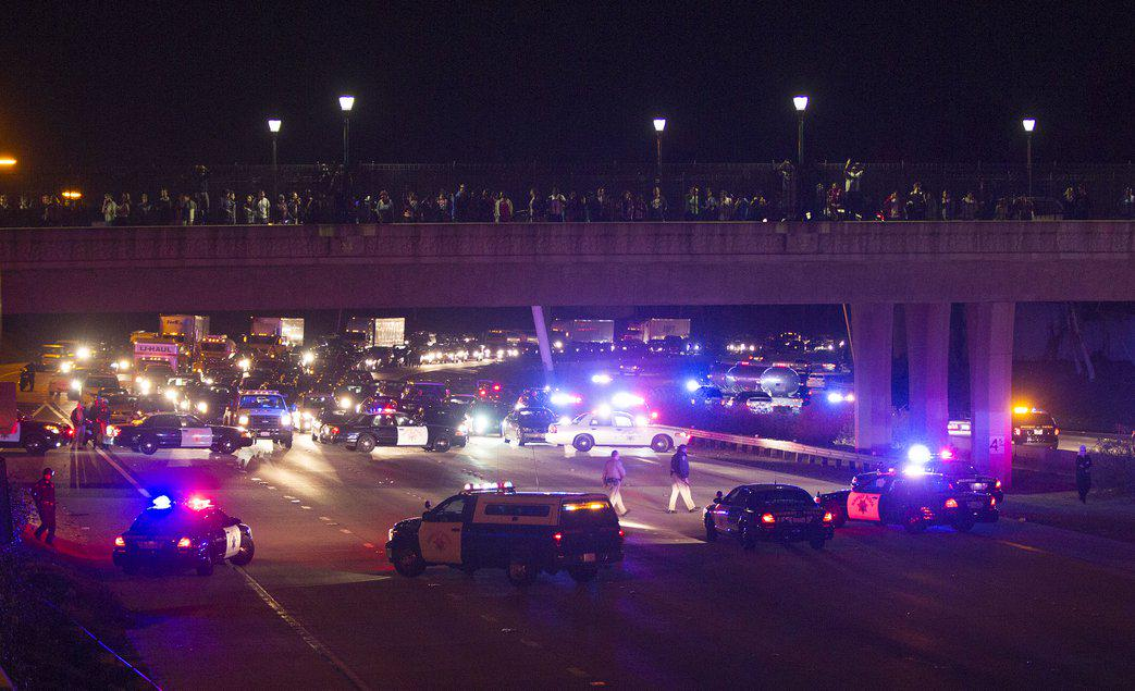 San Diego demonstrators protesting Ferguson block Interstate 15, throw bottles at police: http://t.co/Ybn7w3B25L http://t.co/A7oX7wF5Zr