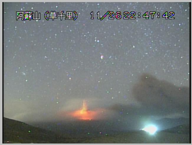 阿蘇山の中岳が噴火しているんだよ!上空の雲や噴煙が火口の明るさで照らされる「火映」という現象が起きているね。 pic.twitter.com/6fDLbQCx85