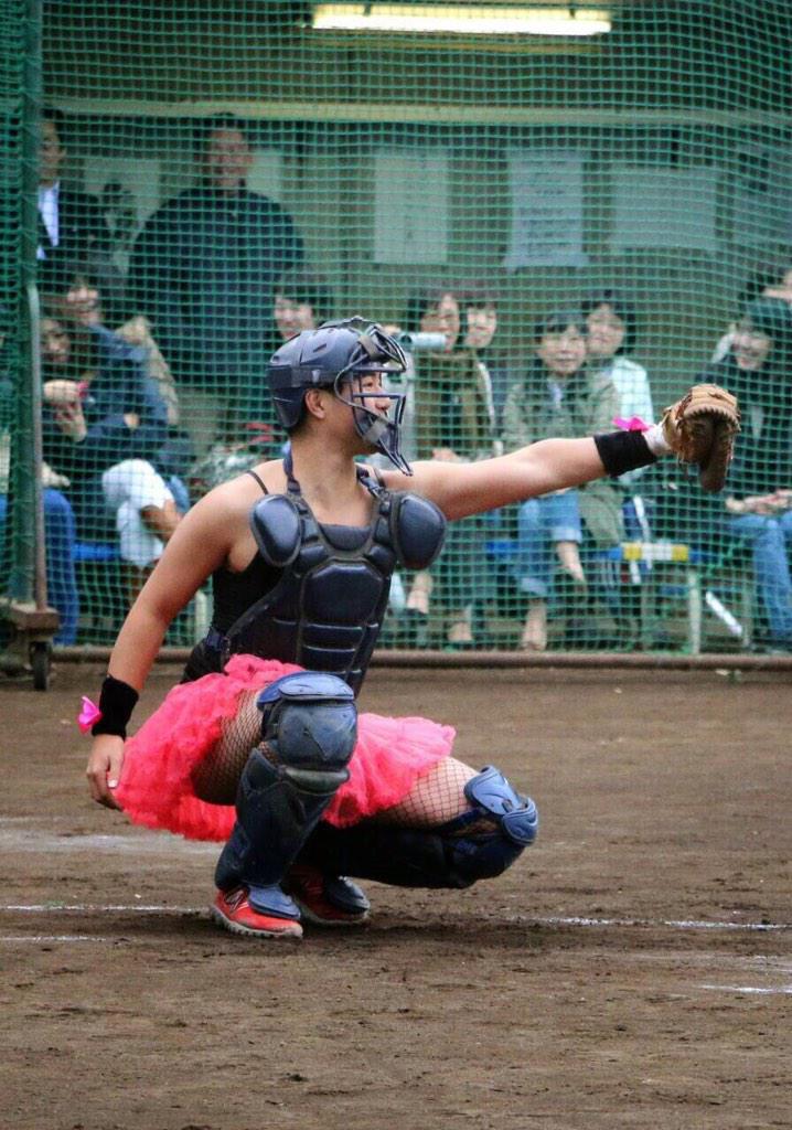 塾高野球部の送別試合はみんな仮装して試合するみたいです。この格好でも軽いから意外と動きやすいとのことです。 pic.twitter.com/L3bZoWI5mm
