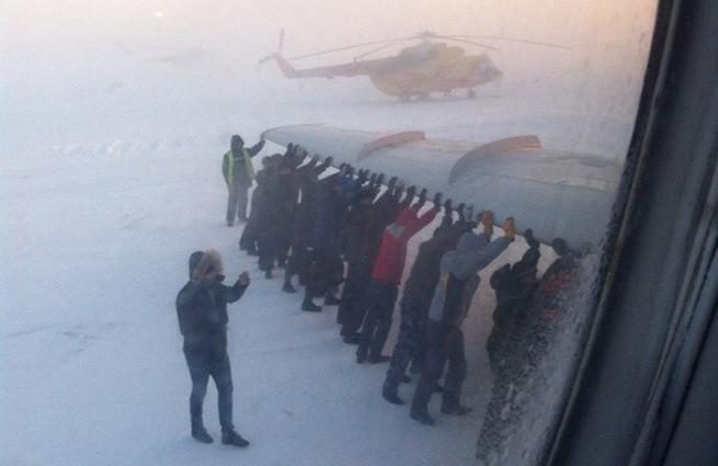ロシア。旅客機が凍って動かなくなったので、外気温マイナス54度の中、乗客が降りて、みんなで押す Passengers push Tu-134 frozen to the ground  lifenews.ru/news/145798 pic.twitter.com/IT9p3im66A
