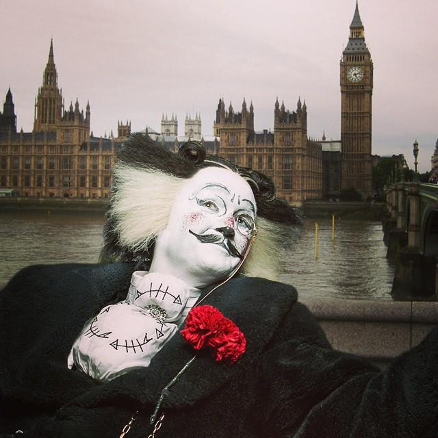 The rain in London won't stop #BustopherJones from more sightseeing today! #CatsLondon http://t.co/qfu5MVEbty