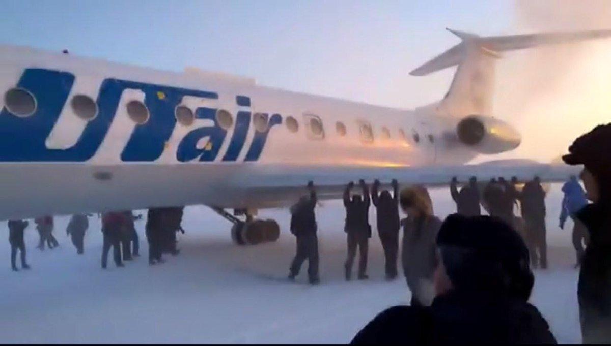 Rússia: passageiros empurram avião congelado para ajudar na decolagem (imagina na Copa). http://t.co/LrsG8pFsew http://t.co/LBF8vCpSqH
