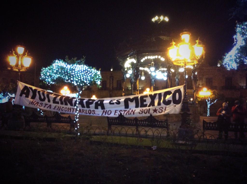 Comienzan a congregarse en Plaza de armas de #Guadalajara por la detención de estudiantes normalistas de Atequiza. http://t.co/SiX5zCfnON