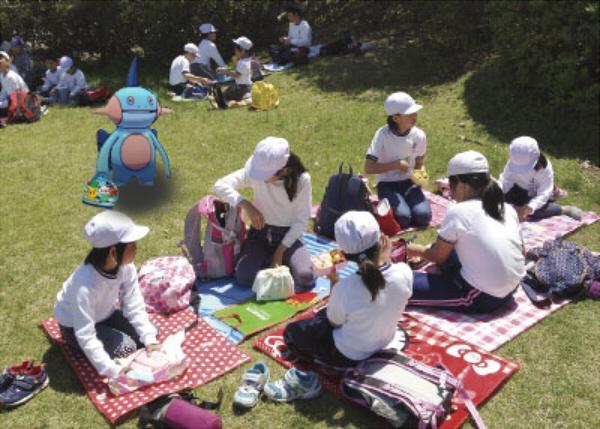 #ヌマクロークソコラグランプリ 遠足の日に一緒に食べる友達が居なく、行き場を失ったヌマクロー pic.twitter.com/UCR990q4y0