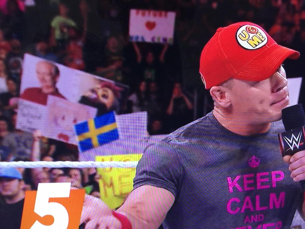 アメリカのプロレス団体WWEの録画を見ていたんですが後ろのボードのピンク髪の方どこかでお見かけしたような…… http://t.co/1ddbMEkv7o