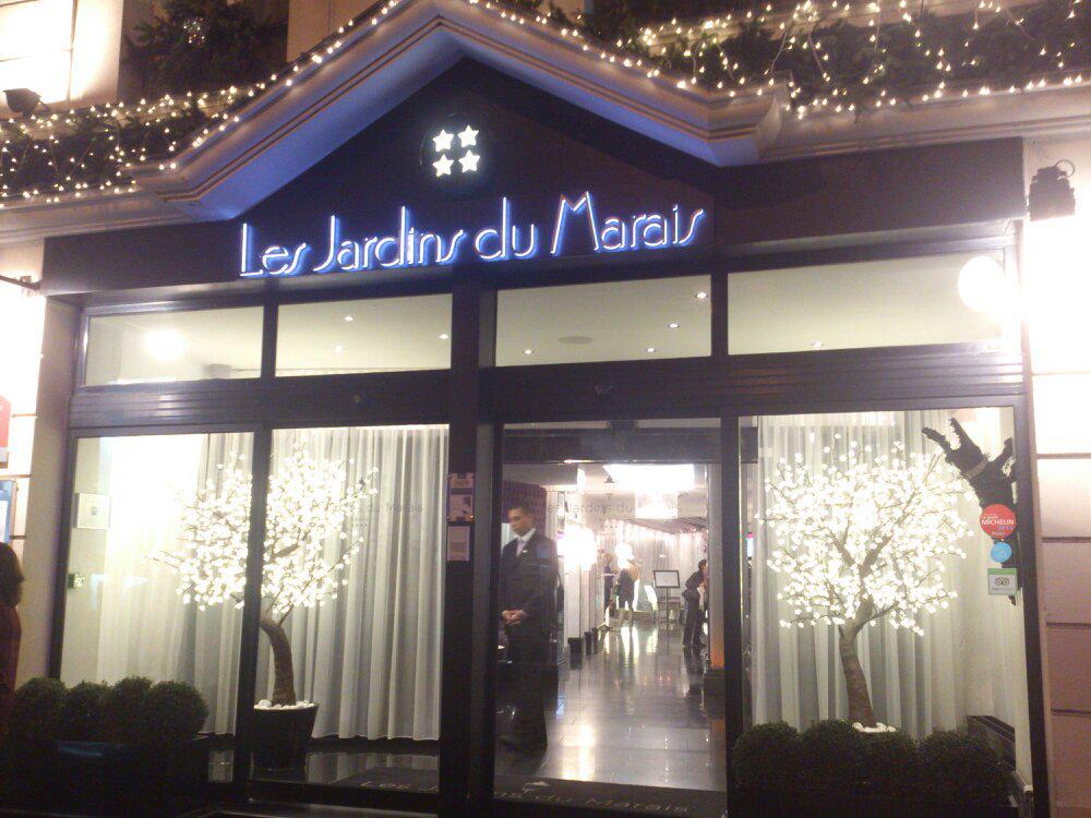 Nous y sommes à la soirée de Noël @eparisiennes au @JardinsduMarais #estorynoel avec @natieak. http://t.co/6oLJrrrbr2