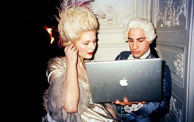 【映画の舞台裏】CDプレイヤーがないなら、MacBookで聴けばいいじゃない。18世紀のヨーロッパでハイテク機器を使いこなす2人の貴族。「マリー・アントワネット」(06年)撮影中のキルステン・ダンストとジェイソン・シュワルツマン。