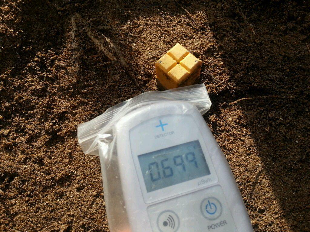 2014/11/28 土を削るとなんと!土を削る前よりも、中の方が高い!という事実が発覚(゜o゜; 削る前0.4→削った後0.699μSv/h!  #rozeree除染日記 http://t.co/yXORlS2iXO
