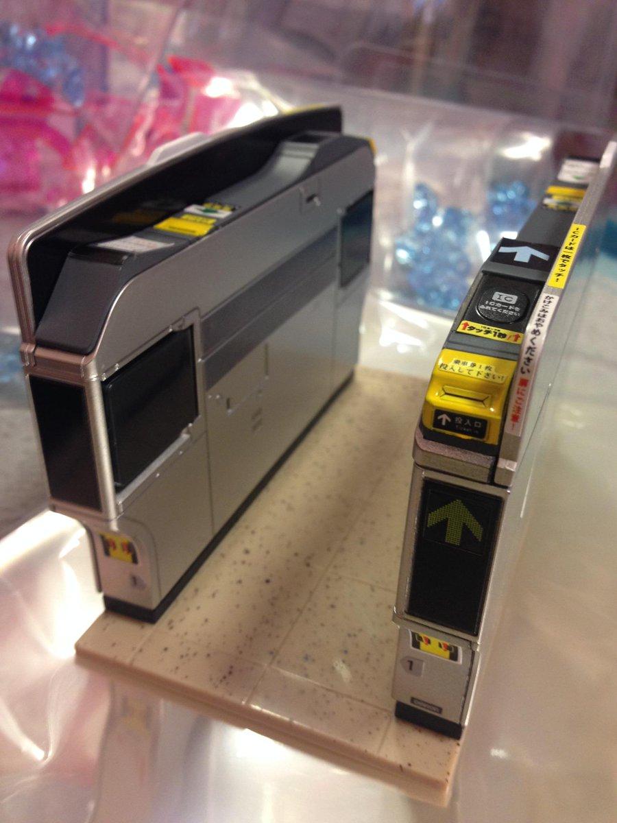 【プライズ】こ…これは便利!?(´・ω・`;)本日の新景品、改札フィギュアです!!ICカードのタッチパネルは電池を入れると光る本格仕様ww12/1フィギュアで調度良い大きさ!飛雄!それ定期じゃなくてボール!!!担当:もやし pic.twitter.com/U40LAS5zGP