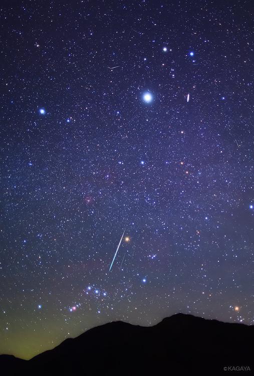 12月の星空、一押しはふたご座流星群。14日(日)の晩が一番よく見えそうですが、13日(土)の晩もよさそうです。お休みの方は星のきれいなところへお出かけも良いかと思います。写真は昨年のふたご座流星群の流れ星です。 pic.twitter.com/jk72gFeDgl