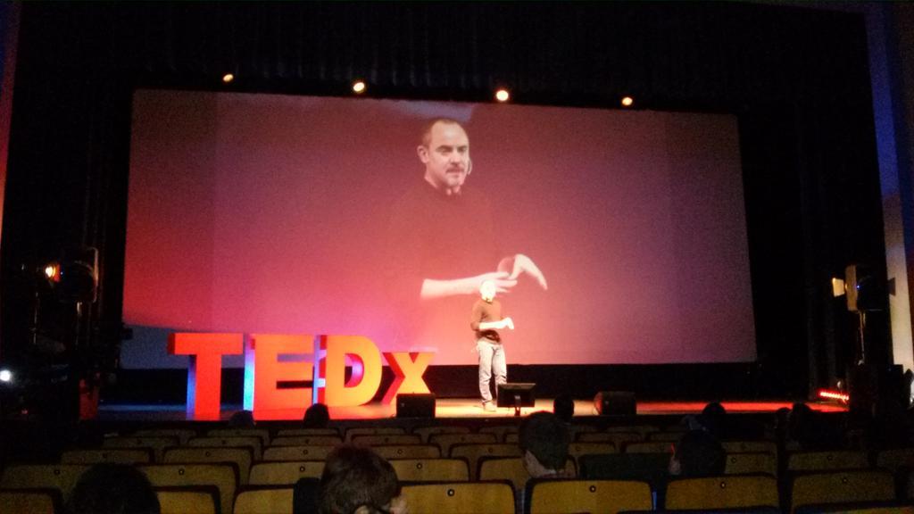 A la dreta, a l'esquerra, esquivem pedres i ocells...ens movem amb @robolivan al #TEDxAmp http://t.co/CdhsfvwZqh