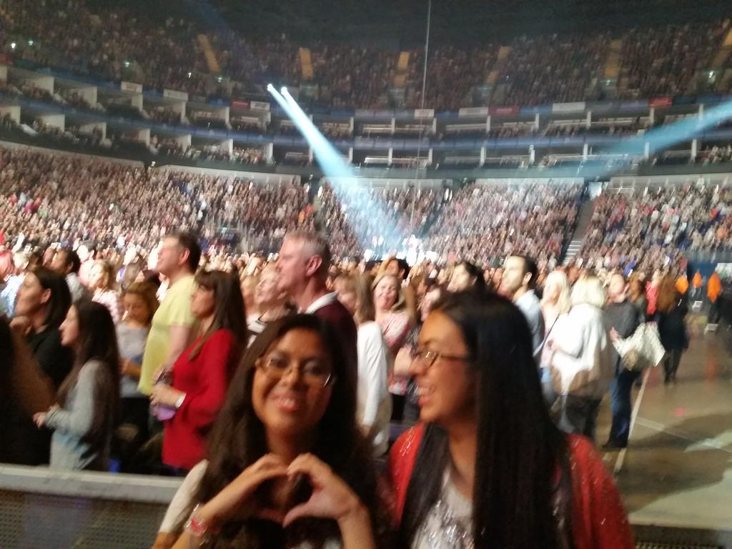 Enrique is on the back stage singing Stand By Me!  Here's a photo!  - Melanie #EITakeOver #London http://t.co/1j8nJAntI4