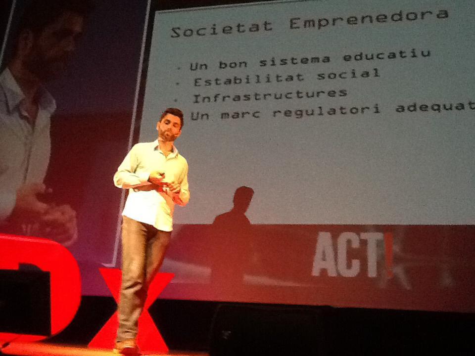 Comença el talk de @loperedallabaix parlant-nos d'emprenedoria al #tedxamp http://t.co/ALyzev1mxY