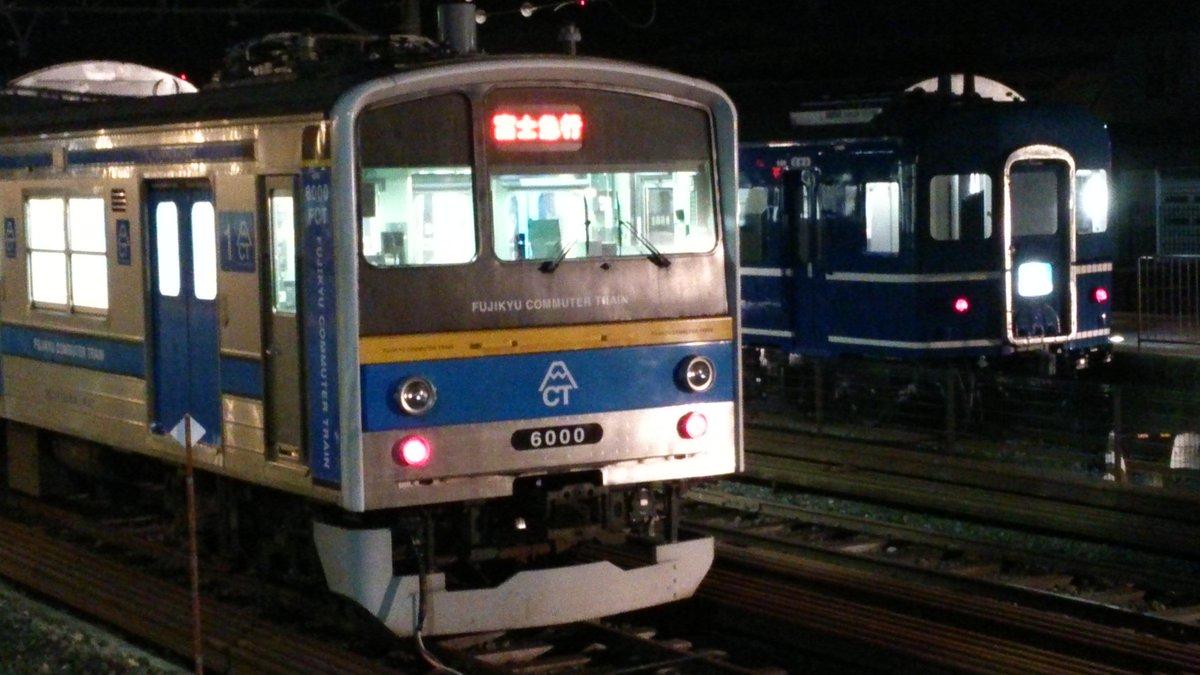 富士急行線 下吉田駅にある「ブルートレインテラス」では本日宿泊イベントが行われていますが、14系の車内で使う電源を供給するため6000系(元205系)が留置中。6000系のジャンパ栓からコードが延び、14系と繋がっています。 pic.twitter.com/VftnyAJJZ4