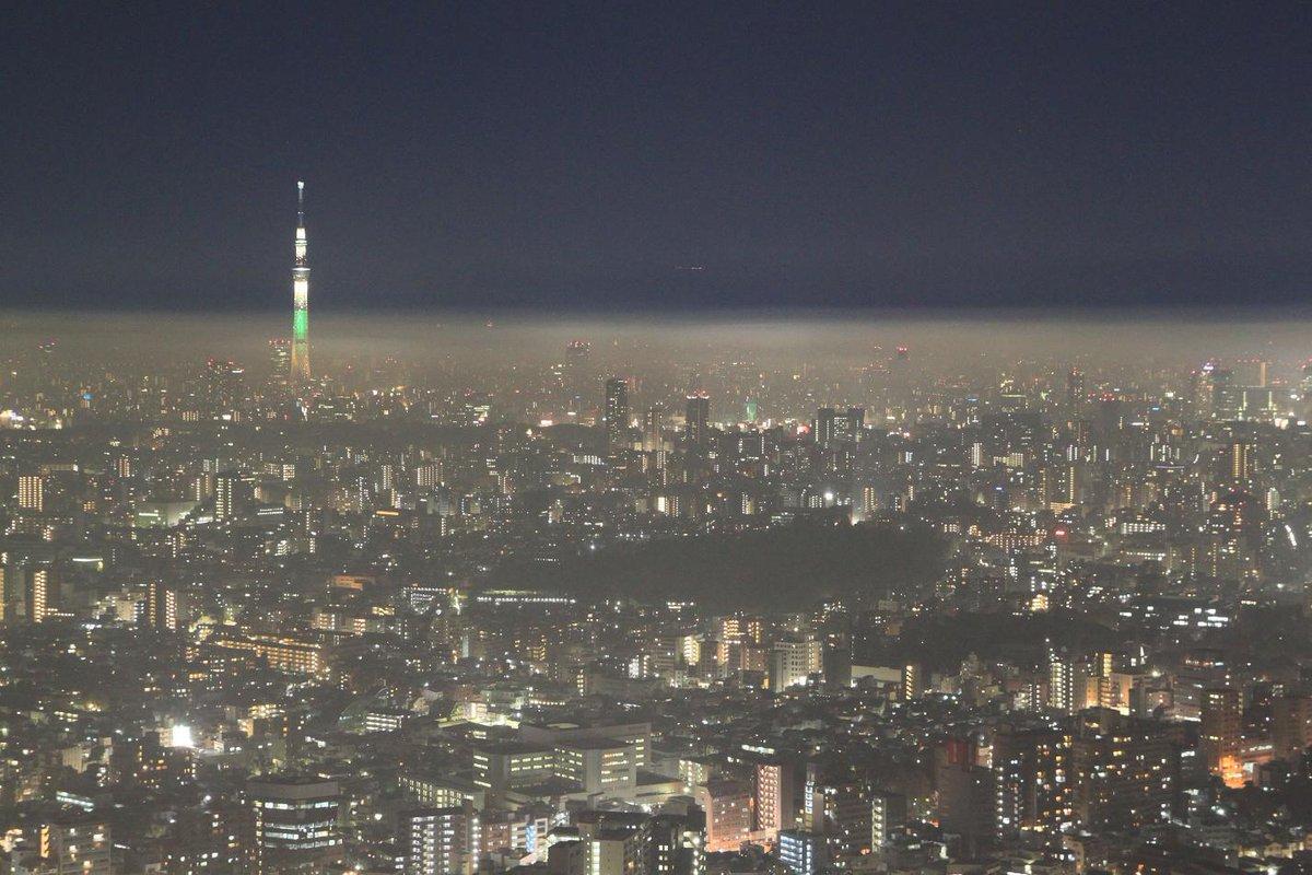 合成写真ではないですよぉ!夜の街にまだ、ベールがかかってます♪#夜景 #絶景 #東京 pic.twitter.com/2brWI836jp