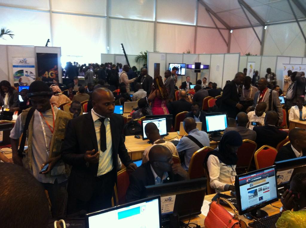 #SFDK2014 Plus de 900 personnes ont été accréditées pour couvrir le XV Sommet de la Francophonie. #Senegal http://t.co/909HUr1pfu