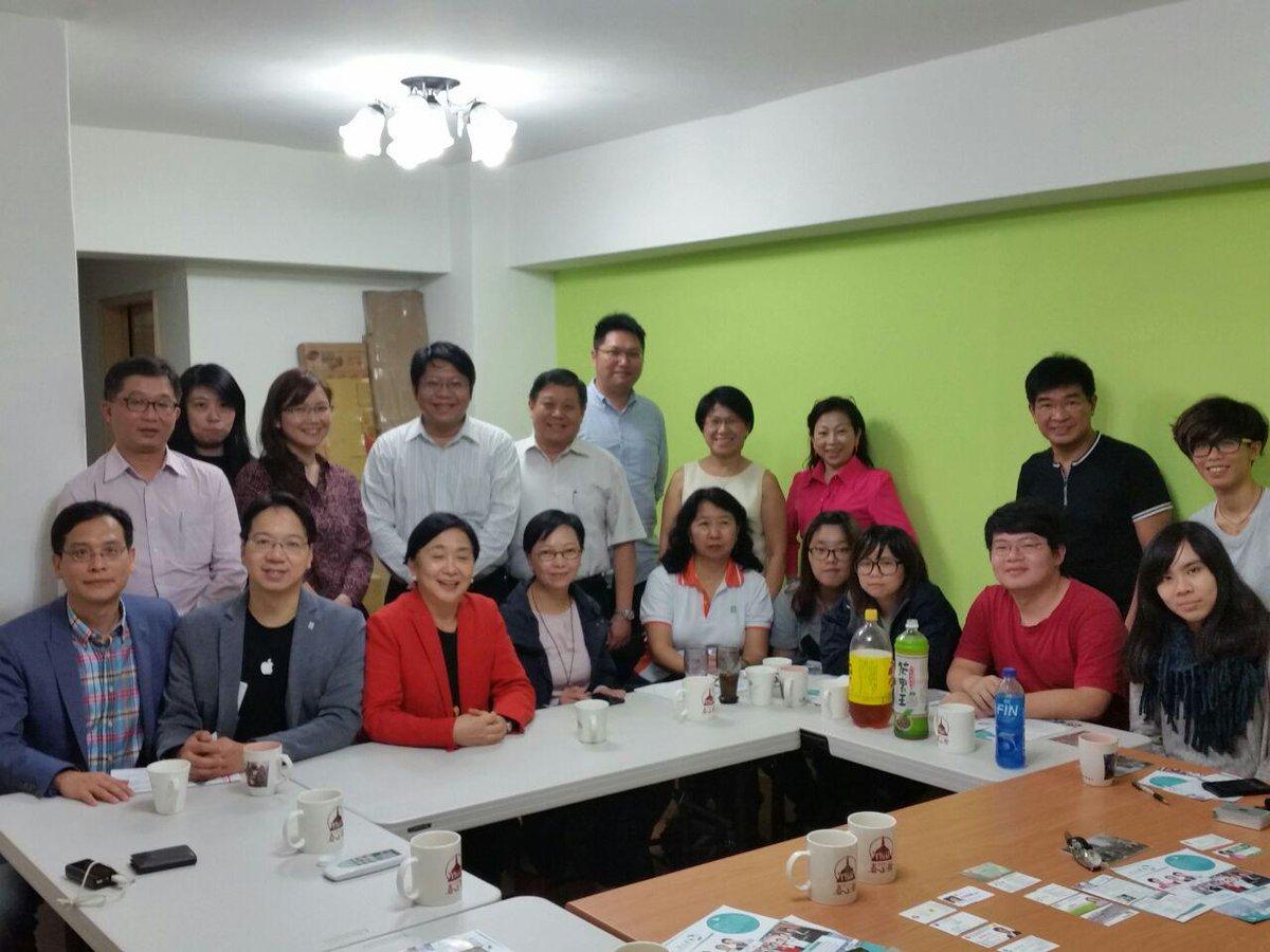 與太陽花學運朋友互動。很深刻的一句話:在台灣,佔領的是空間;在香港,佔領的是時間。很值得我們深思。 http://t.co/BNe5kosZJj