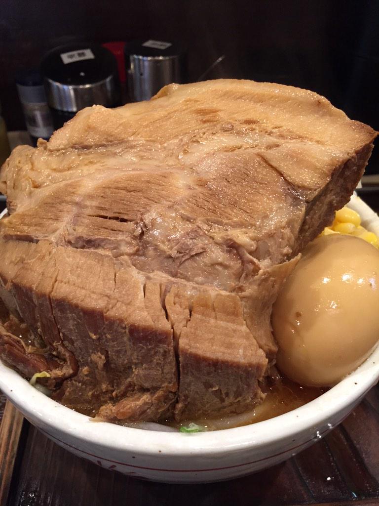 いい肉の日なので再度……松戸駅近くの「そい屋」のチャーシュー味噌ラーメン(¥1090)チャーシューは200gという特大。 pic.twitter.com/vCtJrf8gOY