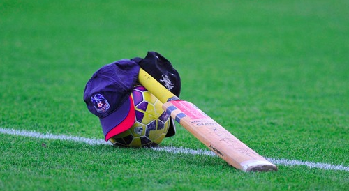 Jedinak took his cricket bat out onto the pitch ahead of the game at Swansea http://t.co/6gTZVGS3tc #putoutyourbats http://t.co/UIA2LSJvzP