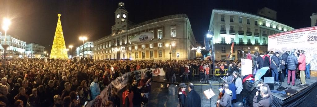 Panorámica de la Puerta del Sol reunidas las #MarchasDeLaDignidad. http://t.co/1mvRNGZit1