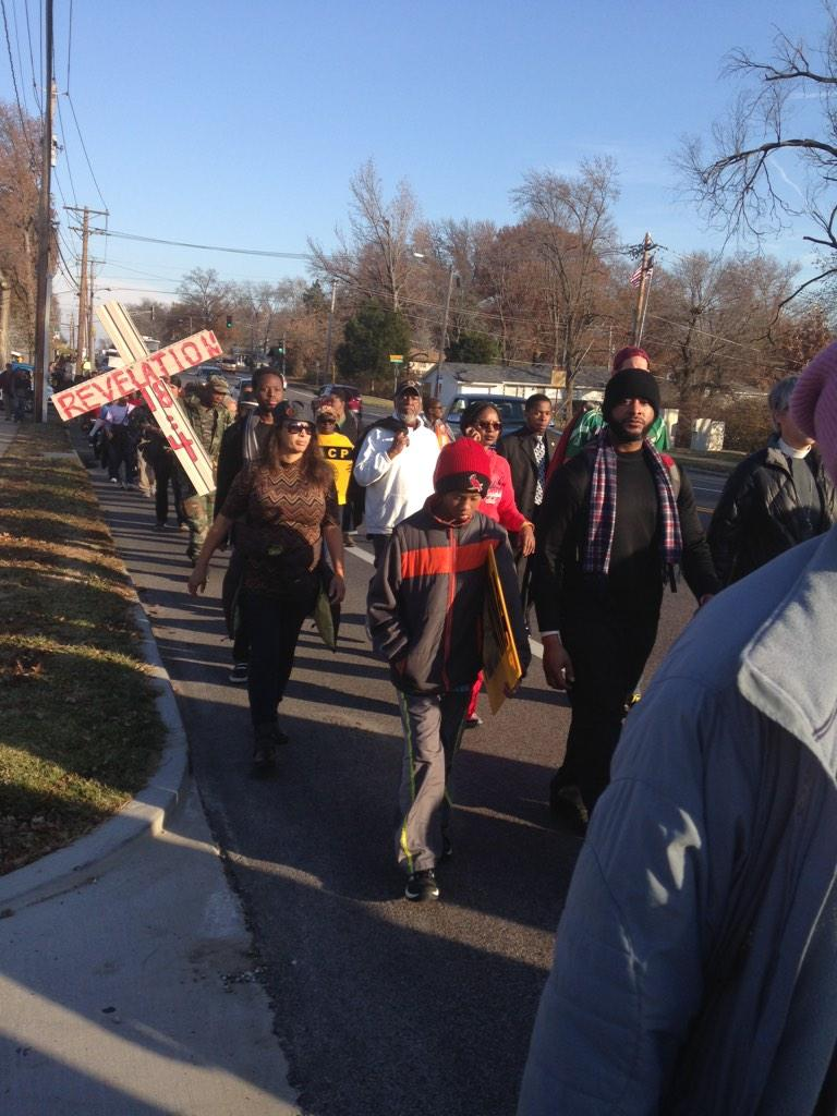 Sun is shining as protesters finish first mile of 135-mile #JourneyforJustice march from #Ferguson to Jeff City http://t.co/TmwRQ37zcZ