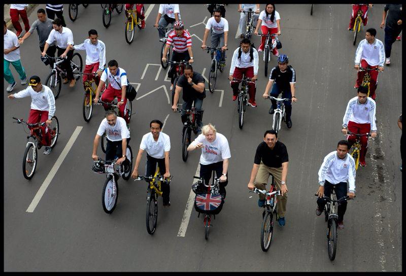 Good morning from Jakarta where I've enjoyed an early morning bike ride with President @jokowi_do2 on car free Sunday http://t.co/G8JyX5MklD