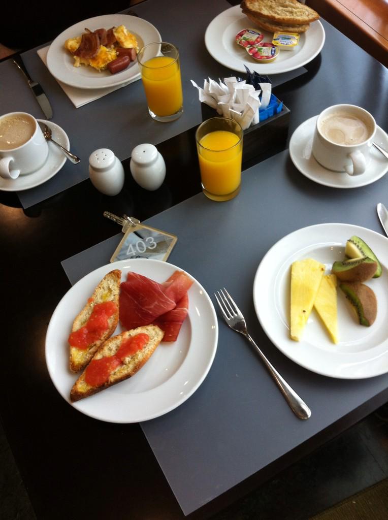 Primer round de desayuno en @nh_hotels_es de Cuenca. Me chiflan vuestros desayunos. #gracias #ilove #ilike http://t.co/NvZ3Zt4XT3