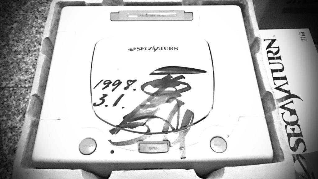 唐突ですが、ここで大張家の家宝藤岡弘、さんにサインしていただいたセガサターンをお見せしましょう。 pic.twitter.com/KRw2SV3nI5