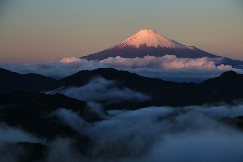 おはようございます(^^)先日から四枚。紅富士からヴィーナスベルト、そしてブルーアワーから残照る二焼けの富士山。今回の撮影で多くの事を学びました♪良くも悪くも(笑) #写真好きな人と繋がりたい #富士山 #おはよう pic.twitter.com/MChvqCunh6