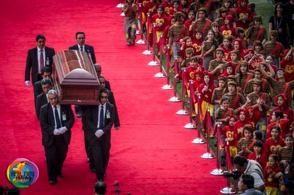 Impresionante foto del entierro de Chespirito http://t.co/Lss3kDpigF