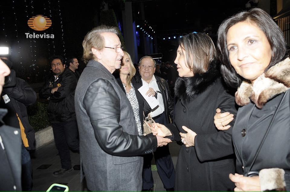 Imagens da Televisa mostraram encontro de Carlos Villagrán e Florinda Meza em velório de Chaves.