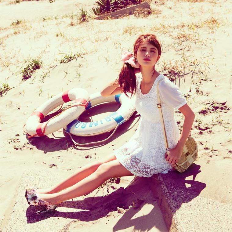 浜辺で座るマギー