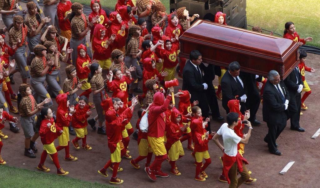 Crianças vestidas de Chapolim e Chaves levam o caixão de Bolaños no velório.